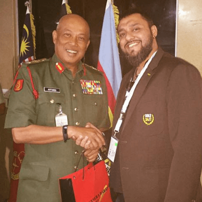 teacher raj shakes hands with YM General Tan Sri Raja Mohamed Affandi